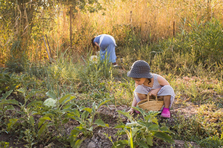 Ekofobiyi önlemek için erken yaşta çocuklarınızı doğayla tanıştırın.